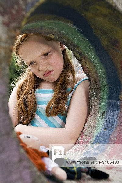 Portrait traurig jungen Mädchens auf Spielplatz