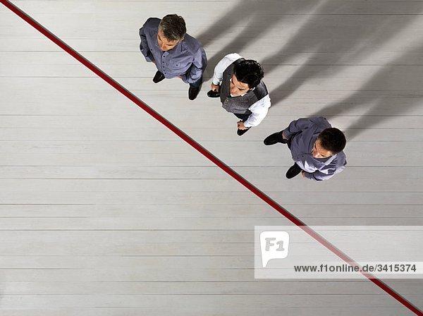 Geschäftsleute an der roten Linie