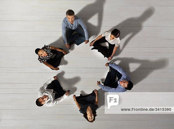 Geschäftsleute im Kreis sitzend