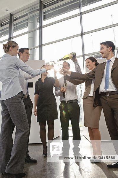 Glückliche Geschäftsleute mit Champagner