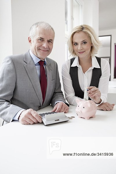Bankier berät junge Frau