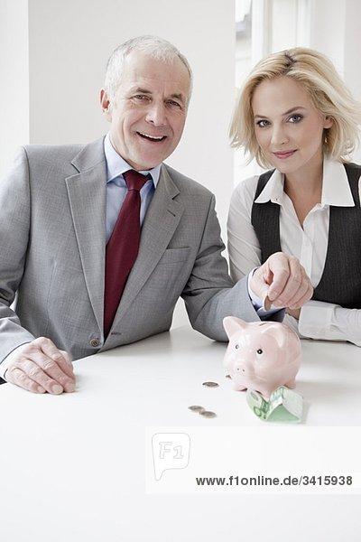 Mann und Frau sparen Geld