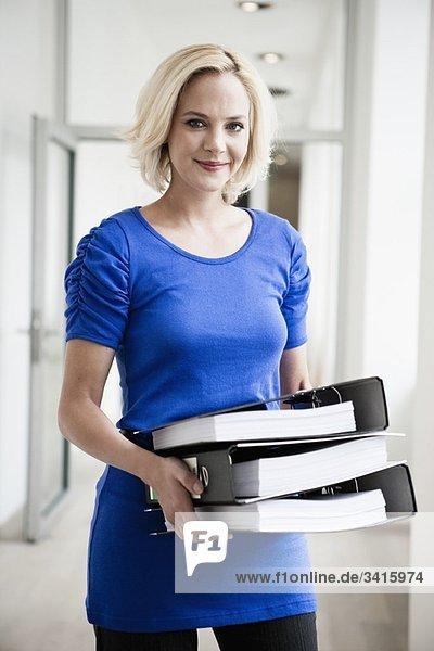 Frau mit Akten