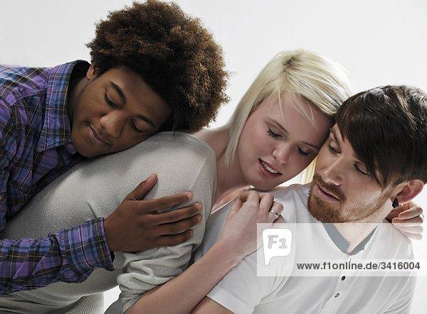 3 junge Menschen  die sich aufeinander stützen