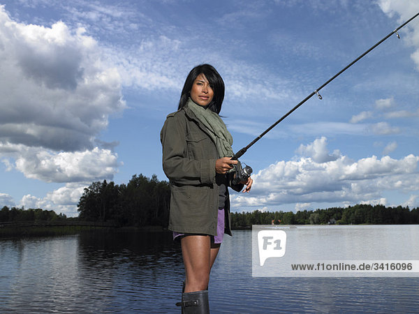 Frau beim Fischen