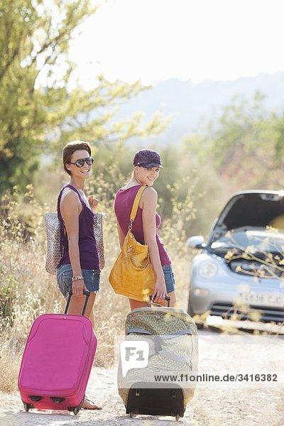 Zwei Frauen auf dem Landweg