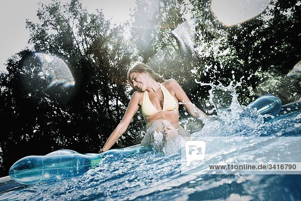 Teenager im Pool