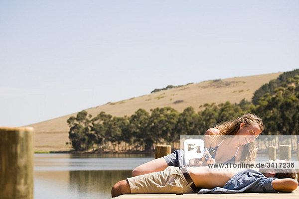 Paar genießt Lakeside Urlaub