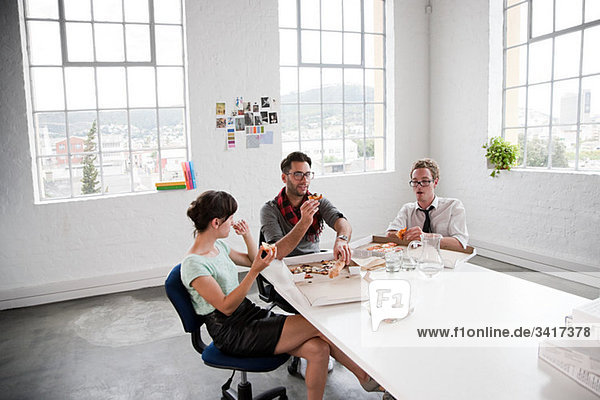 Modedesigner in der Mittagspause Modedesigner in der Mittagspause