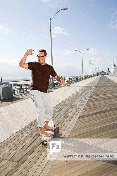 Skateboardfahren auf der Strandpromenade