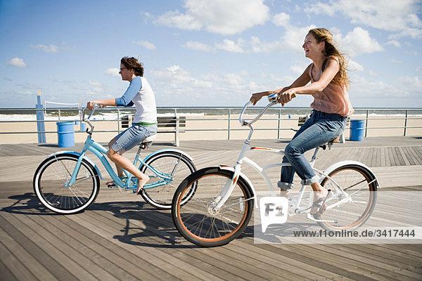 Zwei Frauen beim Radfahren auf der Promenade