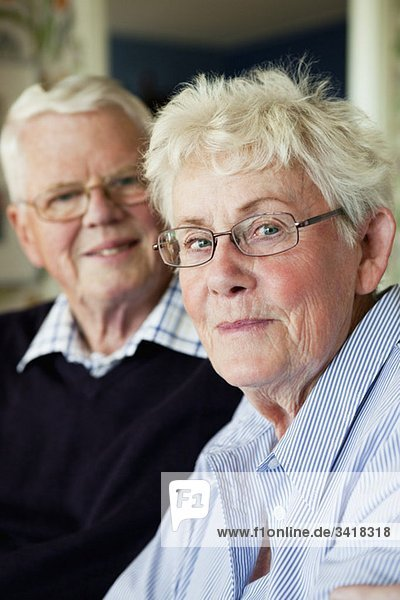 Ältere Frau und Mann zusammen