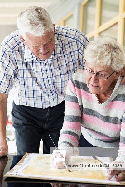 Ältere Paare malen