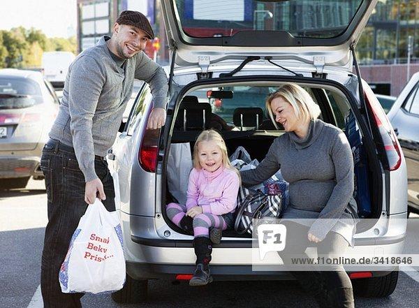 Familie im Koffer