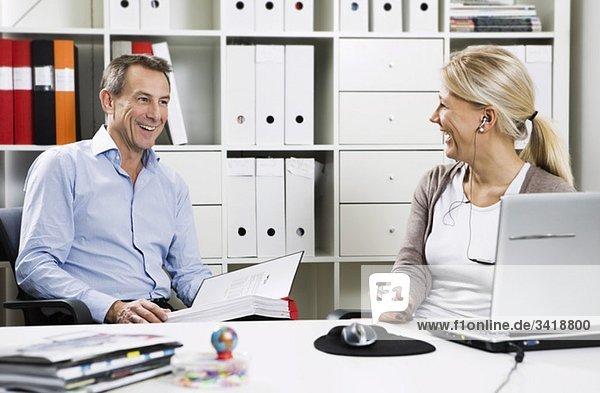 Zwei glückliche Kollegen im Büro