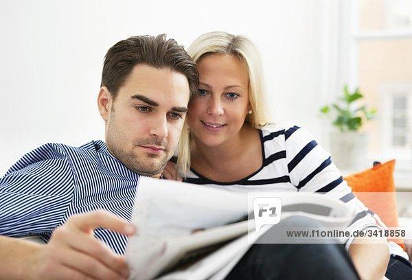Frau und Mann beim Lesen Frau und Mann beim Lesen