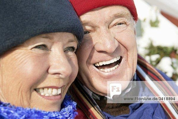 Zwei glückliche Menschen im Freien