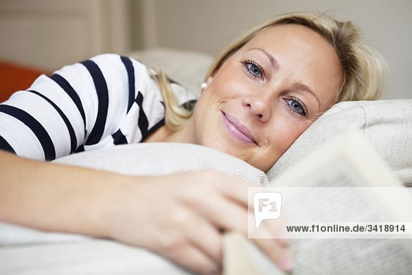 Frau entspannt Frau entspannt