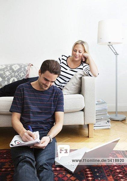 Mann und Frau im Wohnzimmer Mann und Frau im Wohnzimmer