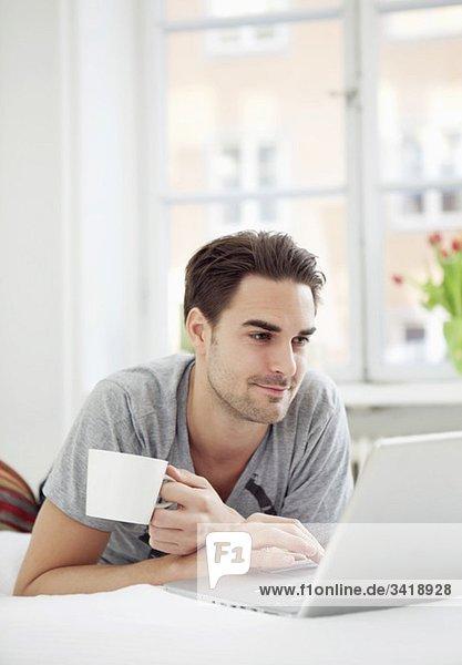 Mann mit Kaffee und Computer Mann mit Kaffee und Computer