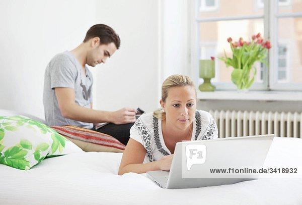 Mann und Frau im Schlafzimmer