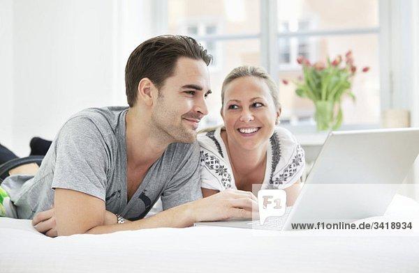 Kerl und Mädchen per Computer