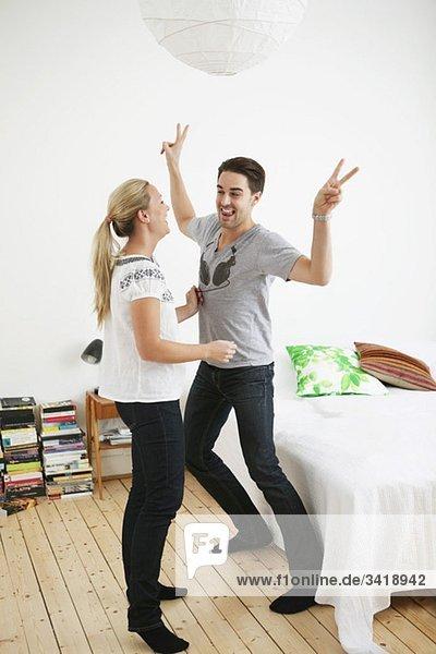 Pärchen tanzen im Schlafzimmer Pärchen tanzen im Schlafzimmer