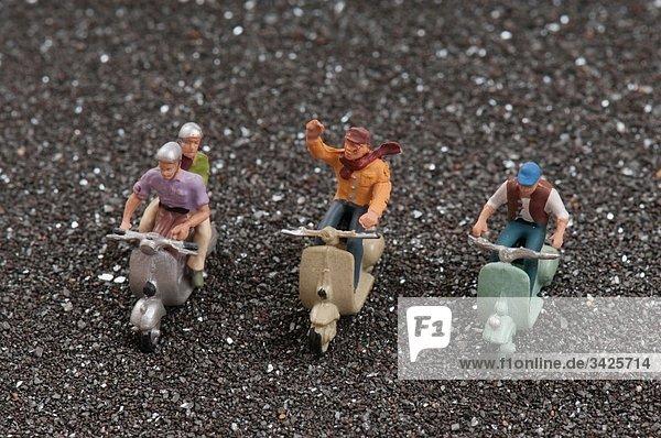 Plastikfiguren auf Motorroller  erhöhte Ansicht