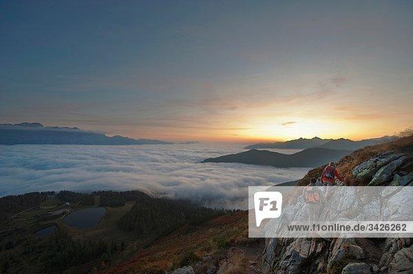 Österreich  Steiermark  Reiteralm  Wanderer bewundern Blick über die Wolken