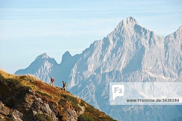 Österreich  Steiermark  Reiteralm  Wandererpaar  Seitenansicht