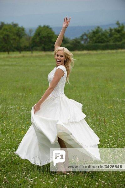 Braut tanzt auf der Wiese  Porträt.