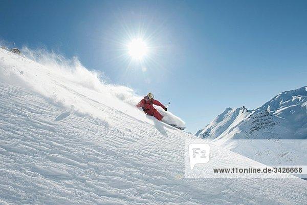 Österreich  Arlberg. Mann beim Skifahren