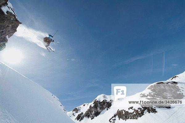 Österreich  Arlberg  Mann beim Skifahren  Springen  Tiefblick