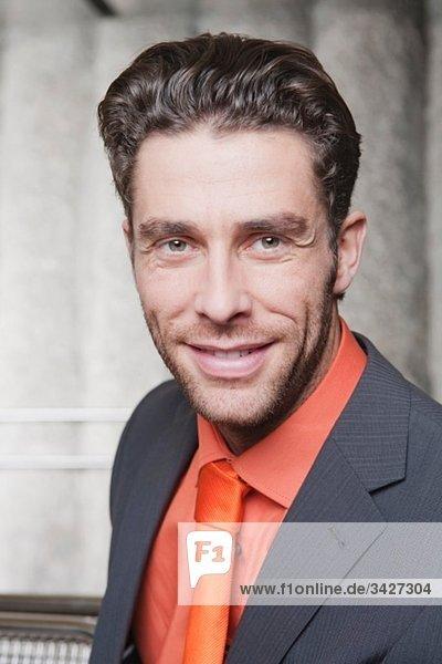 Geschäftsmann an der U-Bahn-Station  lächelnd  Portrait  Nahaufnahme