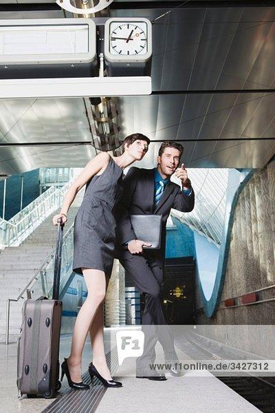 Deutschland  Bayern  München  Geschäftsleute warten auf die U-Bahn  Tiefblick