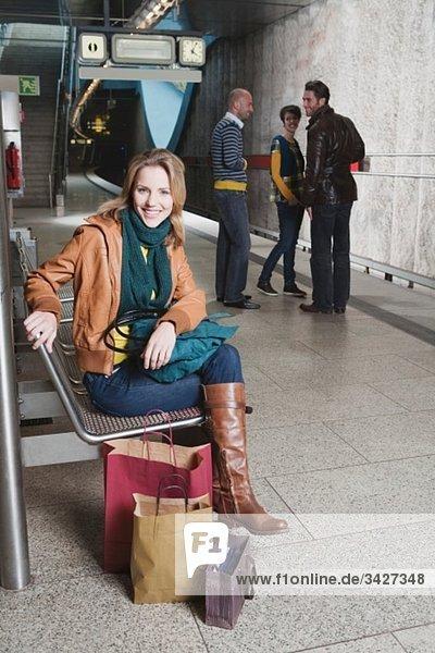 Deutschland  Bayern  München  Vier Personen auf dem U-Bahnsteig