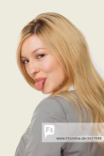 Eine Frau  die die Zunge herausstreckt.