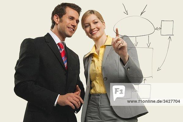 Geschäftsmänner und -frauen diskutieren  Frauen zeigen.