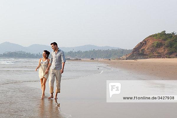Paar beim Spaziergang im Meer