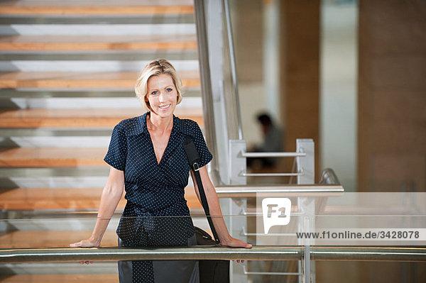 Geschäftsfrau im Treppenhaus