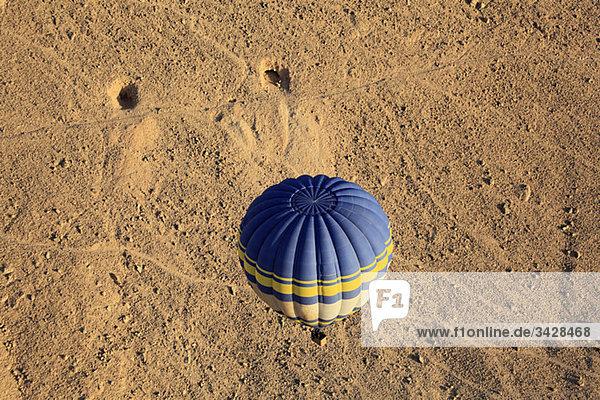 Heißluftballon über Gräbern des Adels Ägypten