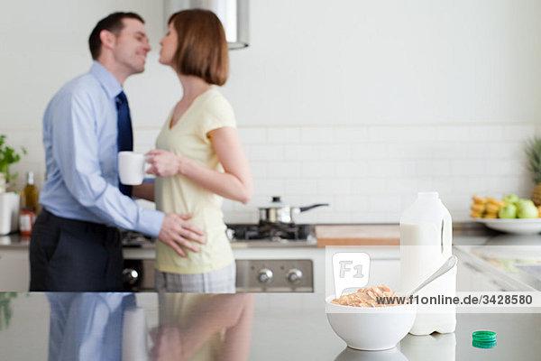 Paar in der Küche zur Frühstückszeit