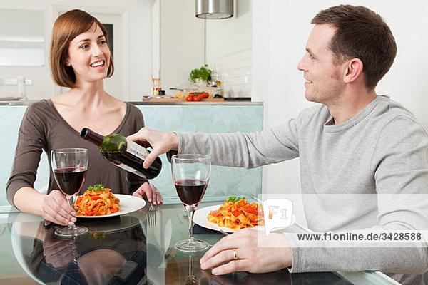 Paar bei Essen und Wein