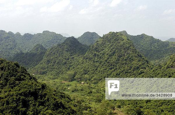 Huong Tich Berge in Vietnam  Vogelperspektive Huong Tich Berge in Vietnam, Vogelperspektive