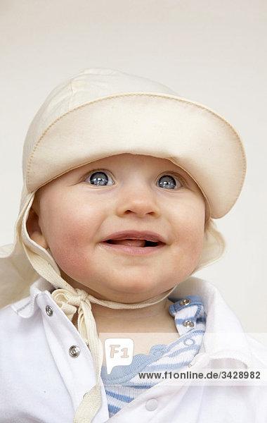 Baby mit einem Sonnenhut  Porträt