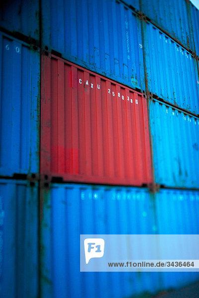 Eine rote Frachtcontainer zu blau