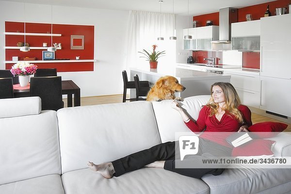 sitzend Frau Couch Küche Innenaufnahme modern