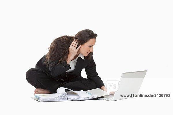 Geschäftsfrau arbeiten mit Laptop-Computer und Dateien
