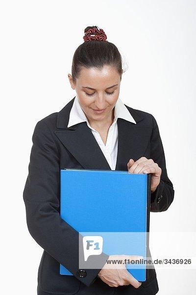 Eine geschäftsfrau in Anzug Standing halten Dateien