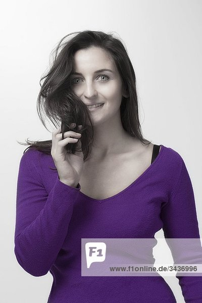 Frau mit langen dunklen Haaren in Top-lila. Isolated on white background